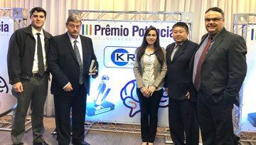 KRJ recibe el trofeo en el Premio Potência